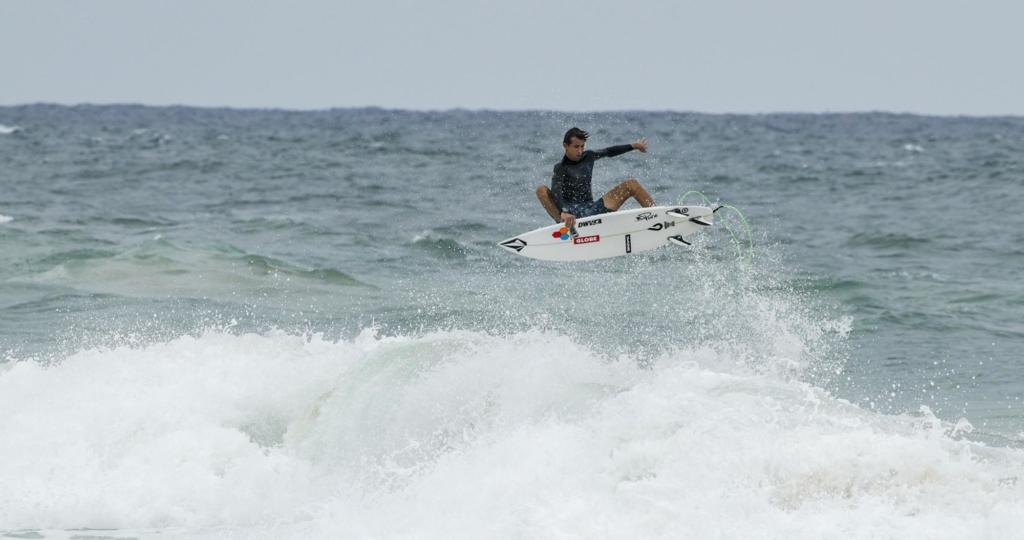 Leon Glatzer auf dem Surfboard