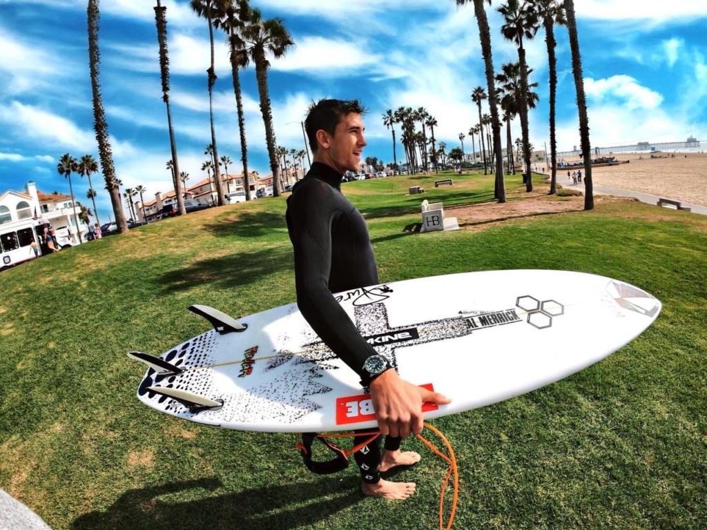 Leon Glatzer trägt seine Promaster Taucheruhr beim Surfen
