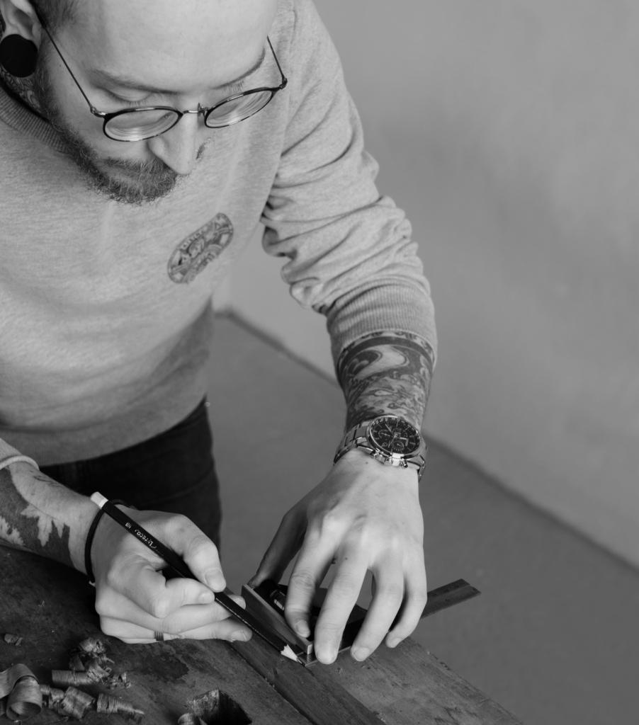 Jonas Winkler bearbeitet Holz und trägt unsere Citizen Uhren mit Super Titanium